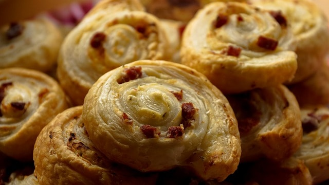 bacon pinwheels made with puff pastry