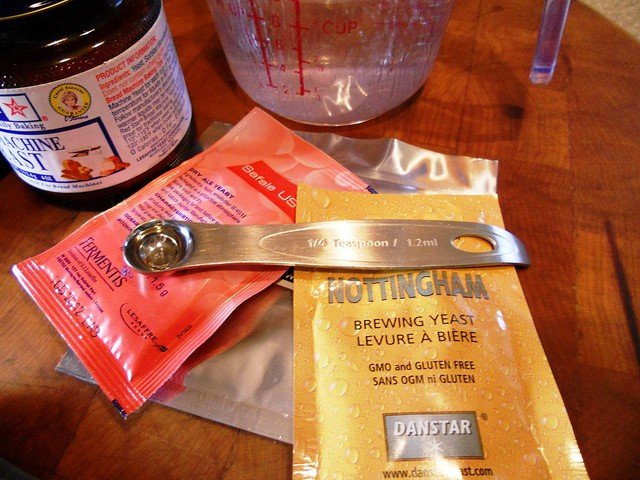 packets of brewers yeast and a 1/4 teaspoon measure