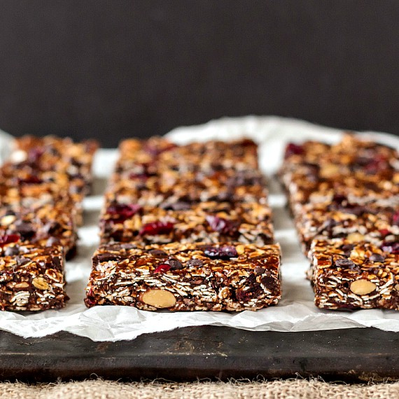 a raw chocolate chocolate chip granola bars-6