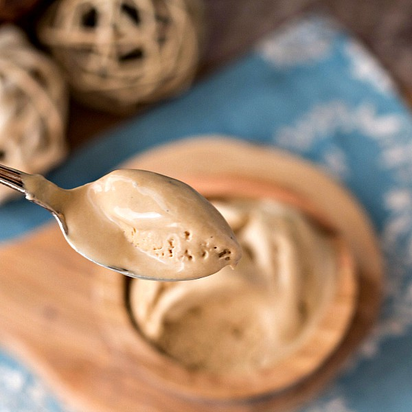 This Organic Caramel Vanilla Ice Cream Recipe is creamy, smooth and delicious. Made with homemade organic sweetened condensed milk, it also happens to be a no churn ice cream, and it contains no refined sugar. Enjoy! | pastrychefonline.com